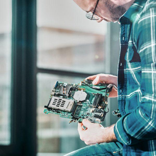 Hardware-Ingenieur bei der Entwicklung einer Schaltplatine für die Steuerung von Wasserstoff-Systemen