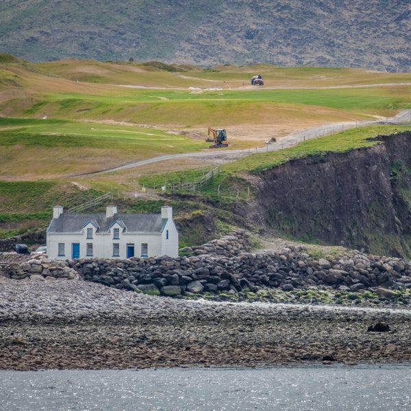 Gebäude, Häuser und Hütten an Küsten und auf Bergen autonom mit Strom und Wärme versorgen